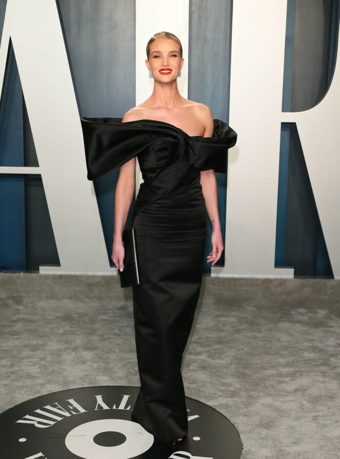<strong>DUKKET OPP:</strong> Modell Rosie Huntington-Whiteley strålte i en sort stroppeløs satengkjole. Foto: NTB Scanpix