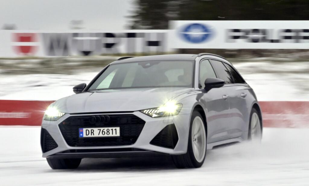 """KAPABEL: Man må nesten ta RS6 ut på en bane for å få kjenne på mange av mulighetene som finnes i denne bilen. Det er nesten en hån mot teknologibomba å """"tusle"""" rundt i norske hastigheter. Foto: Rune M. Nesheim"""
