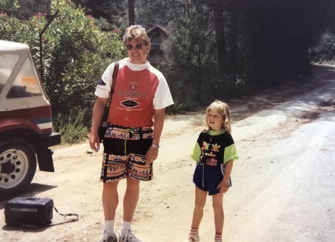 90-TALLSBARN: Lene med faren Geir på Kreta i 1991. FOTO: Privat