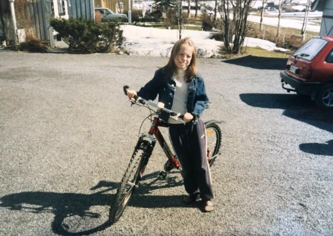 PÅ GÅRDSPLASSEN: Lene Marie Fossen vokste opp på Kolbu i Østre Toten. Hun drømte om å ta over familiegården. FOTO: Privat