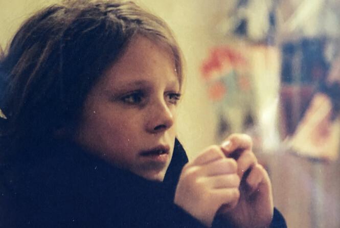 FØR SYKDOMMEN: Lene Marie Fossen før anoreksisykdommen tok over livet hennes. Dette bildet henger i stua hjemme hos mamma Torill på Kolbu. FOTO: Privat