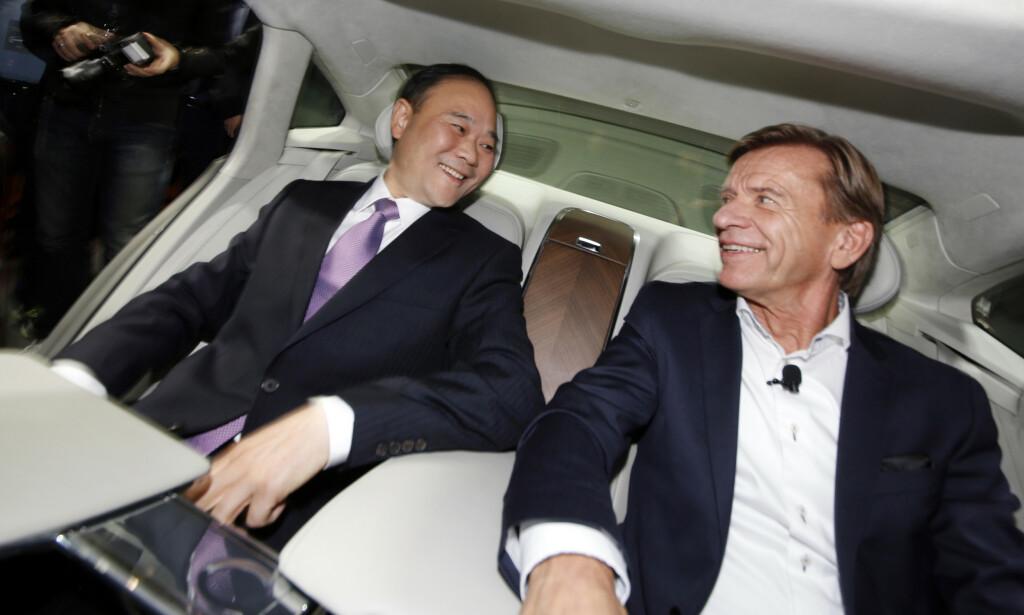 HELT SJEF: Li Shufu, styreleder i Zhejiang Geely Holdings, og HÅkan Samuelsson, administrerende direktør i Volvo Cars, vurderer å slå sammen selskapene Volvo og Geely for å skape en global gigant. Foto: AP / NTB Scanpix