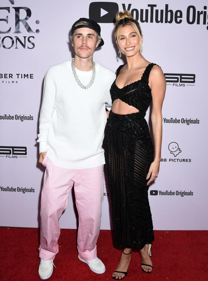 <strong>ÅPEN:</strong> Bieber åpner seg opp om fortiden sin i sin nye dokumentarserie. Her avbildet med kona Hailey Bieber på seriens premiere. Foto: NTB scanpix