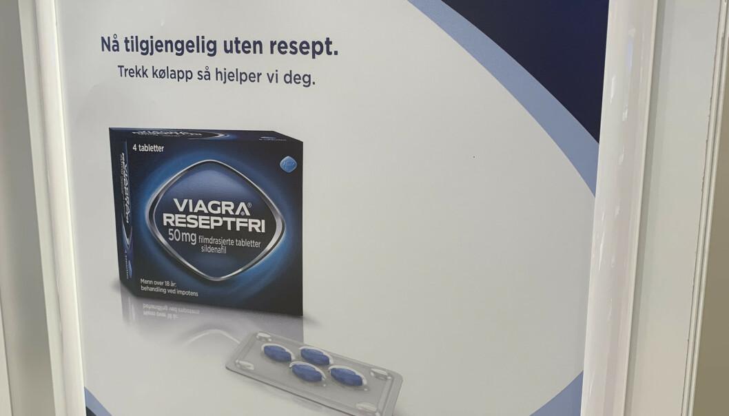Denne salgsplakaten henger synlig på landets apotek. Håpet er at reseptfritak skal gjøre det enklere for folk som trenger det, og at dette vil gi en nedgang i ulovlig import. Foto: Birgitte Hoff Lysholm