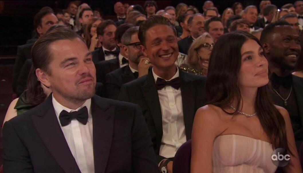 <strong>SATT SAMMEN:</strong> Leonardo DiCaprio og Camila Morrone skal ha vært et par i over to år. Natt til mandag overrasket de sammen under Oscar-utdenlingen. Foto: Backgrid UK / NTB Scanpix