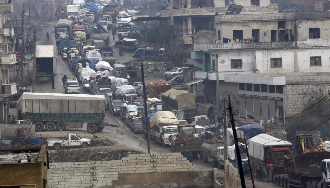 Ut av byene strømmer det biler lastet opp med flyttelass. Her fra Idlib. Foto: Ghaith Alsayed / AP / NTB scanpix