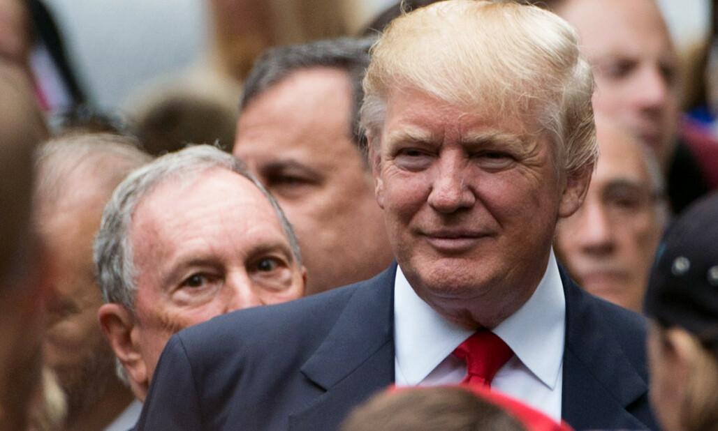<strong>SJOKKMÅLING:</strong> Michael Bloomberg (bak, t.v.) kastet seg inn i Demokratenes nominasjonskamp seint i fjor. En sjokkmåling denne uka gir Bloomberg medvind i den interne kampen om å få møte Donald Trump til duell i presidentvalget. Foto: Bryan R. Smith / AFP / NTB Scanpix