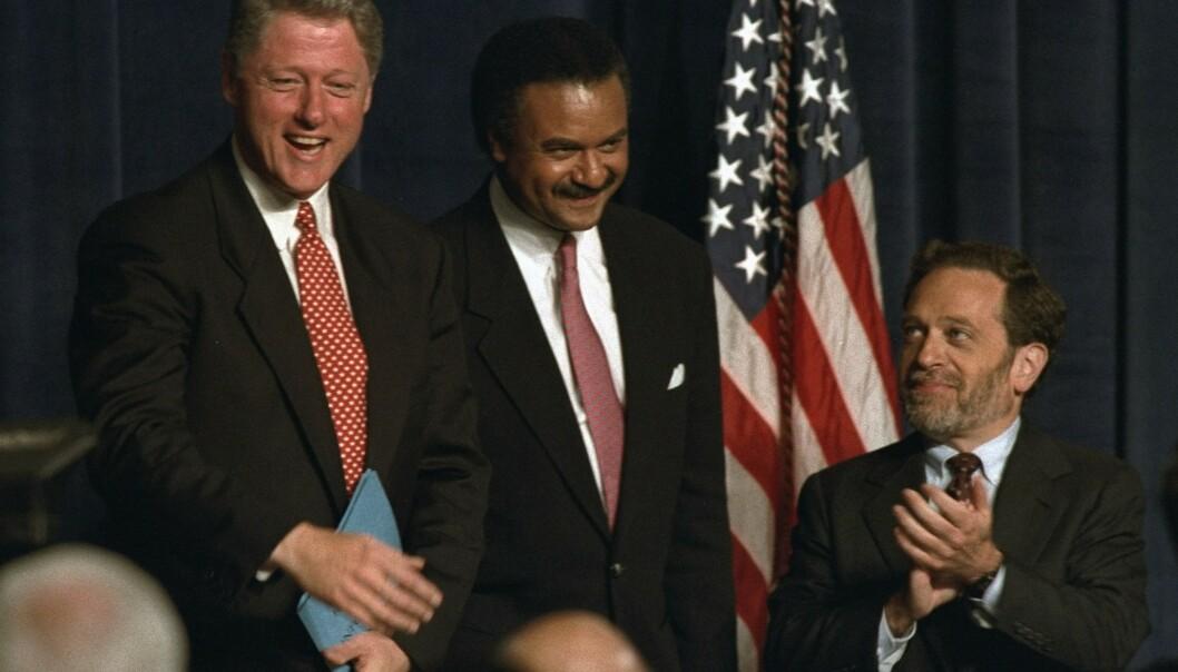<strong>TETT PÅ PRESIDENTEN:</strong> Robert Reich (til høyre), her avbildet sammen med daværende president i USA Bill Clinton og handelsminister Ron Brown i 1993. Foto: Charles Bennett / AP / NTB Scanpix