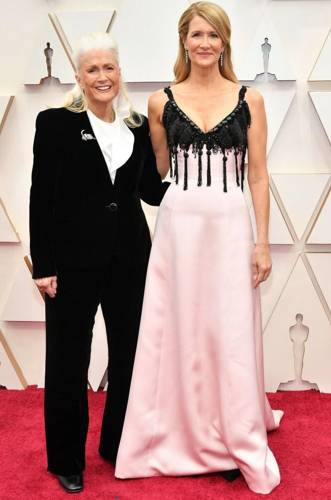 TAKK FOR LÅNET: Både Laura og mamma Diane Ladd var kledd opp av Armani i anledning datterens store kveld. FOTO: NTB Scanpix