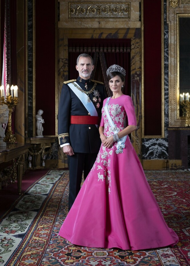 KONGEPAR: Felipe og Letizia har vært konge og dronning av Spania siden 2014, men dette er det første, offisielle portrettet tatt av dem siden 2010. Foto: Estela de Castro / Casa de S.M. el Rey