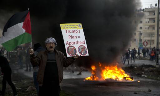 Palestinere protesterte mot Trumps plan i Ramallah på den okkuperte Vestbredden tirsdag. Foto: Majdi Mohammed / AP / NTB scanpix