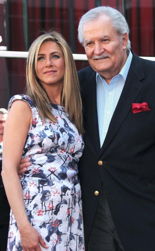 <strong>FAR OG DATTER:</strong> Jennifer Aniston er datter av John Aniston og Nancy Dow. At forholdet til moren ikke alltid var en dans på roser, har Aniston vært ærlig om. Her er hun avbildet sammen med faren i 2012. Foto: NTB Scanpix