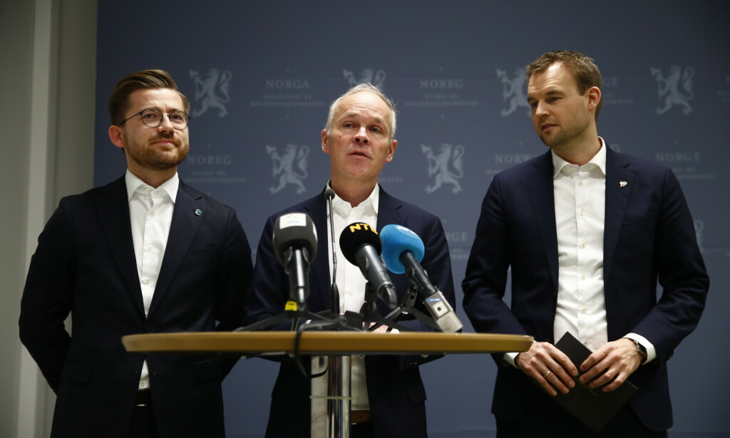 GJØR JOBBEN: Det blir ikke kortere arbeidsdager i Norge, ifølge Finansminister Jan Tore Sanner (i midten). Til venstre ser du Sveinung Rotevatn og til høyre Kjell Ingolf Ropstad. Foto: Terje Pedersen/NTB Scanpix.