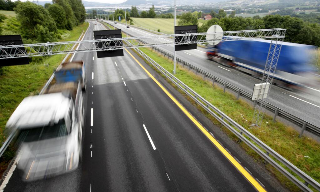 VIL GI FLERE ULYKKER: Smalere motorveier med høyere fart, vil føre til flere ulykker, mener Trygg Trafikk. Dette bekreftes også i Vegvesenets utredning. Foto: Lise Åserud/NTB Scanpix.