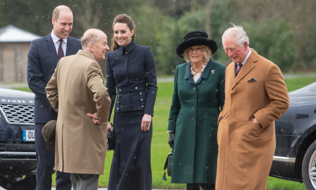 SAMMEN: Prins Charles og hertuginne Camilla besøkte et rehabiliteringssenter sammen med prins William og hertuginne Kate denne uken. Foto: NTB scanpix