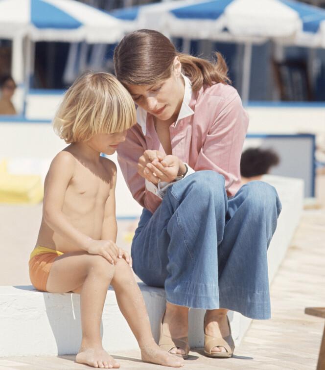 STRANDLIV: Charlotte Rampling med sin fem år gamle sønn Barnaby på stranden i Cannes. (Foto: NTB Scanpix)