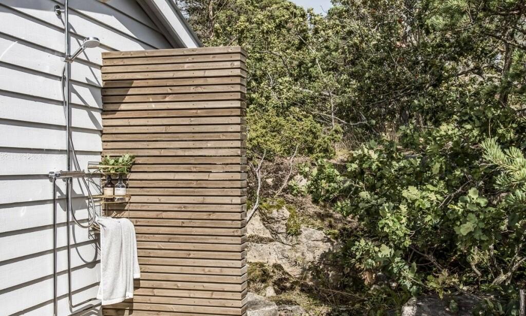 I BLANKE MESSINGEN: Foruten svømmebasseng og boblebad, byr eiendommen på en utendørsdusj. Foto: Inviso