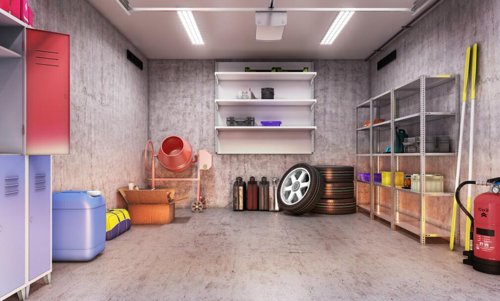 STRØKENT: Enten du har stor eller liten garasje proppfull av rot - du kan få plass til bilen igjen hvis du orker å gjøre noen enkle grep. Få ryddetipsene i artikkelen under! Illustrasjon: NTB Scanpix.
