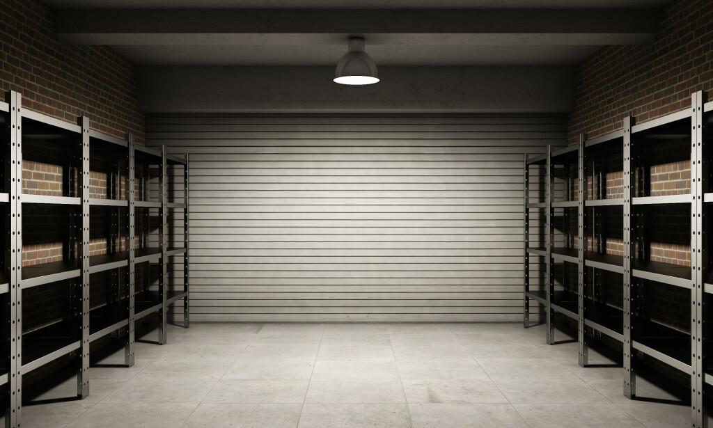 RYDDIG UTGANGSPUNKT: Når du først har fjernet alt fra garasjen, er det også enklere å se hvor du kan lage til ny lagringsplass, for eksempel med hyller langs begge veggene. Foto: NTB Scanpix.