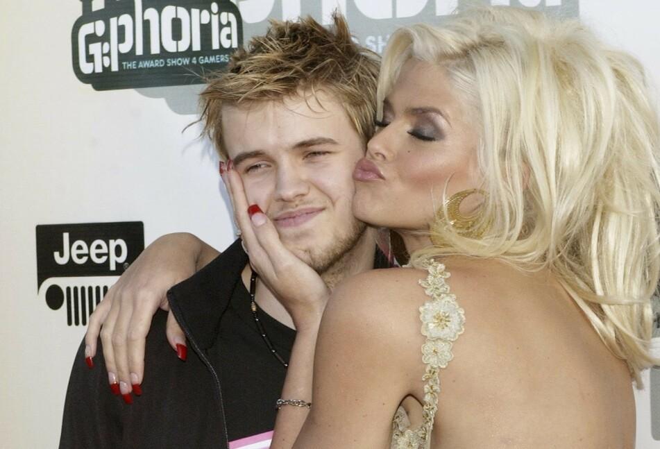 <strong>MORSKJÆRLIGHET:</strong> Sønnen Daniel betydde alt for Playboy-modellen Anna Nicole Smith. Da han døde gikk det nedover med henne selv. FOTO: NTBScanpix.