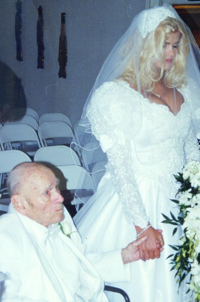 <strong>HVA SA DU?:</strong> Bildene fra vielsen mellom J. Howard Marshall (89) og Anna Nicole Smith (26) leder tanken til syvende far i huset. FOTO: NTBScanpix.