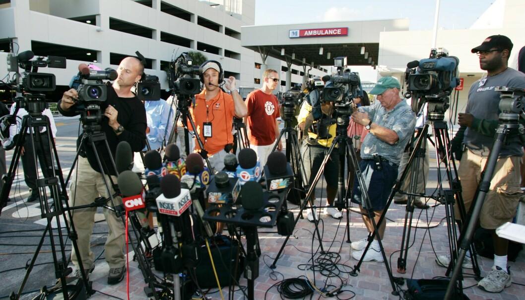 <strong>JUNGEL:</strong> Da Anna Nicole Smith ble funnet livløs den 8. februar 2007, og siden ble erklært død, var pressedekningen enorm, og fotografene trengte seg sammen utenfor sykehuset. FOTO: NTBScanpix.
