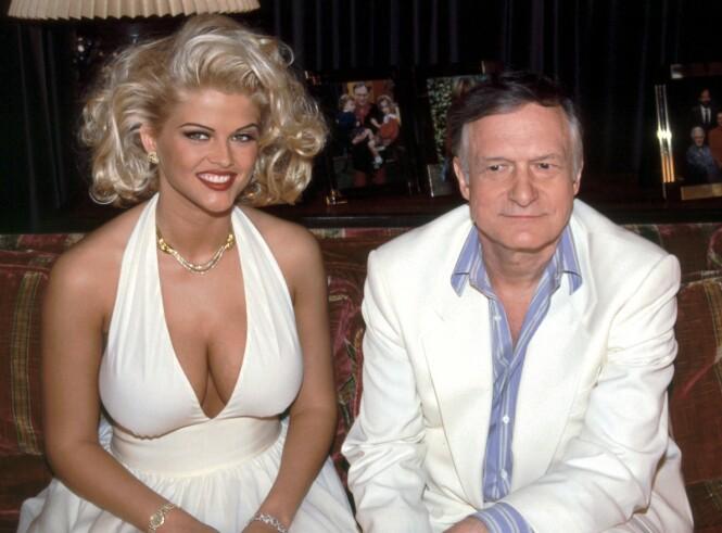 <strong>GULLFUGL:</strong> Anna Nicole Smith og Hugh Hefner, da hans nye yndling nettop var blitt kåret til «Playmate of the year» i 1993. FOTO: NTBScanpix.