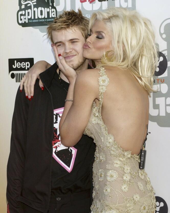 <strong>BLEK MEN FATTET:</strong> Sønnen Daniel sammen med moren under en kjendistilstelning i Los Angeles i 2004. FOTO: NTBScanpix.