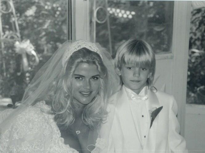 <strong>LITEN KAVALER:</strong> Sønnen Daniel var tydelig preget av stundens alvor da mamma giftet seg i 1994. FOTO: NTBScanpix.