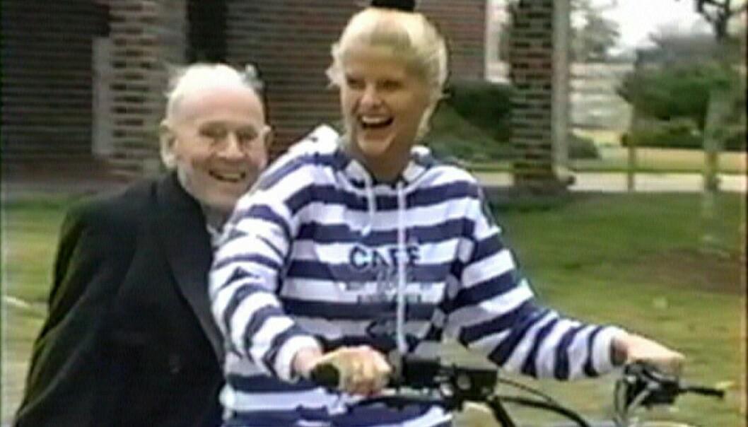 <strong>FIN I FARTA:</strong> J. Howard Marshall og hans unge brud Anna Nicole Smith på sykkeltur. Bildet er fra en dokumentar om paret som blant annet ble spilt inn på million-ranchen i Texas som oljemagnaten kjøpte til sin unge kone. FOTO: NTBScanpix.
