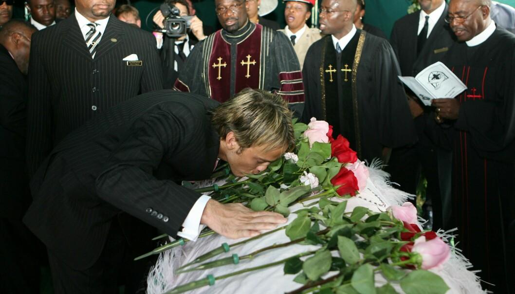 <strong>SØEGENDE EKS:</strong> Larry Birkhead var ikke Anna Nicoles siste kjæreste, men viste henne sin kjærlighet i begravelsen. Først etter hennes død fikk han vite at de hadde et barn sammen. FOTO: NTBScanpix
