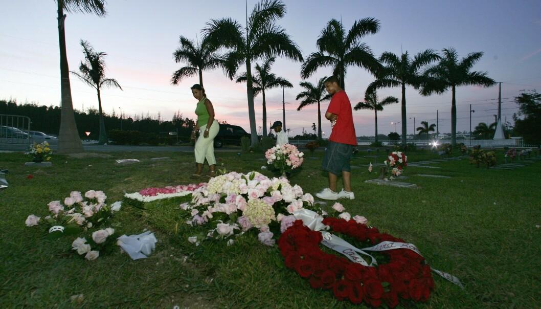<strong>SISTE HVILE:</strong> Anna Nicole Smith hviler side om side med sønnen sin Daniel på kirkegården i Nassau, Bahamas. FOTO: NTBScanpix