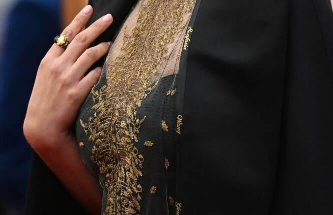 HYLLER REGISSØRER: Natalie Portman dukket opp på den røde løperen i en kjole brodert med kvinnelige regissørers navn. Foto: NTB scanpix