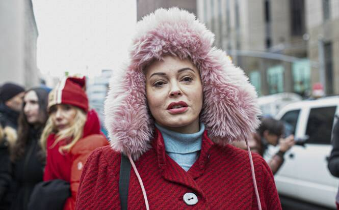 BRUTAL SLAKT: Rose McGowan, her i forbindelse med rettssaken til Harvey Weinstein, er ikke nådig mot Natalie Portman. Foto: NTB scanpix