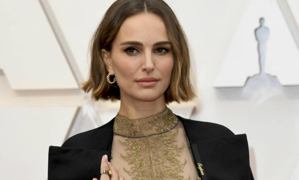 SLAKTES: Natalie Portman får knallhard kritikk fra skuespillerkollega for antrekket hun dukket opp i på Oscar-utdelingen. Foto: NTB scanpix