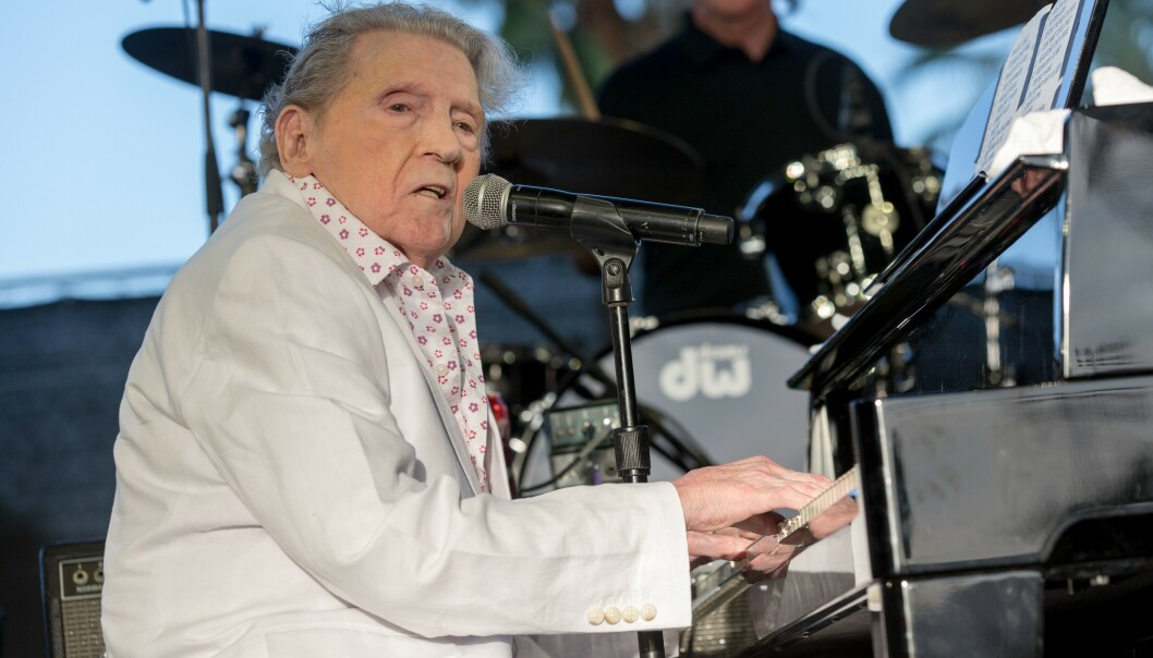 HOLDER KOKEN: Jerry Lee Lewis under et arrangement i april 2017. Han er fremdeles en habil pianist og sanger. FOTO: NTB scanpix