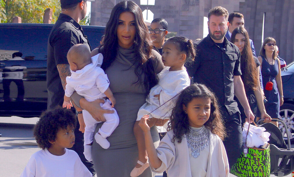 FIREBARNSMOR: Kim Kardashian sammen med barna Saint (foran t.v.), Psalm, Chicago og North West (foran t.h.) under et besøk i Armenia i 2019. Foto: NTB scanpix