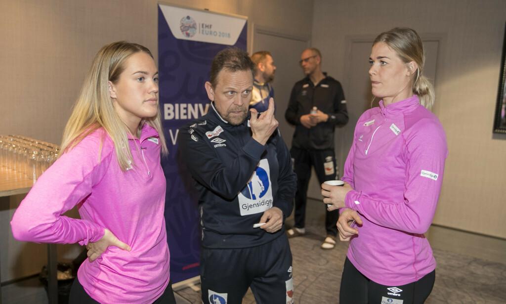 Landslagssjef Thorir Hergeirsson, Malin Aune (t.il venstre) og Veronica Kristiansen får ekstraservice i jakten på OL-plass. Foto: Vidar Ruud / NTB scanpix