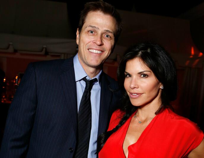 <strong>GIFTET SEG I 2005:</strong> Da Lauren Sanchez innledet et forhold til Jeff Bezos, var hun offisielt gift med Patrick Whitesell. Her er de to avbildet sammen i 2012. Foto: NTB Scanpix