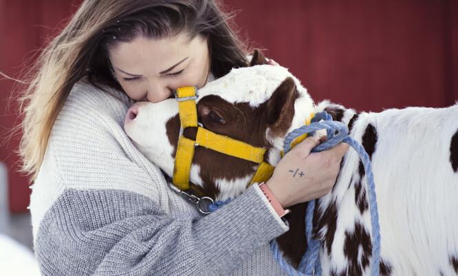 DYR: Kontakt med dyrene er viktig for Line og hennes mentale helse. FOTO: ASTRID WALLER