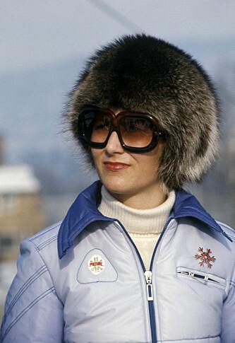 I PELSLUE: Dronning Sonja fotogafert 1. mars 1975 mens hun ser på alpint under mesterskapet Holmenkollen Kandahar i Kirkerudbakken. Foto: NTB/Scanpix
