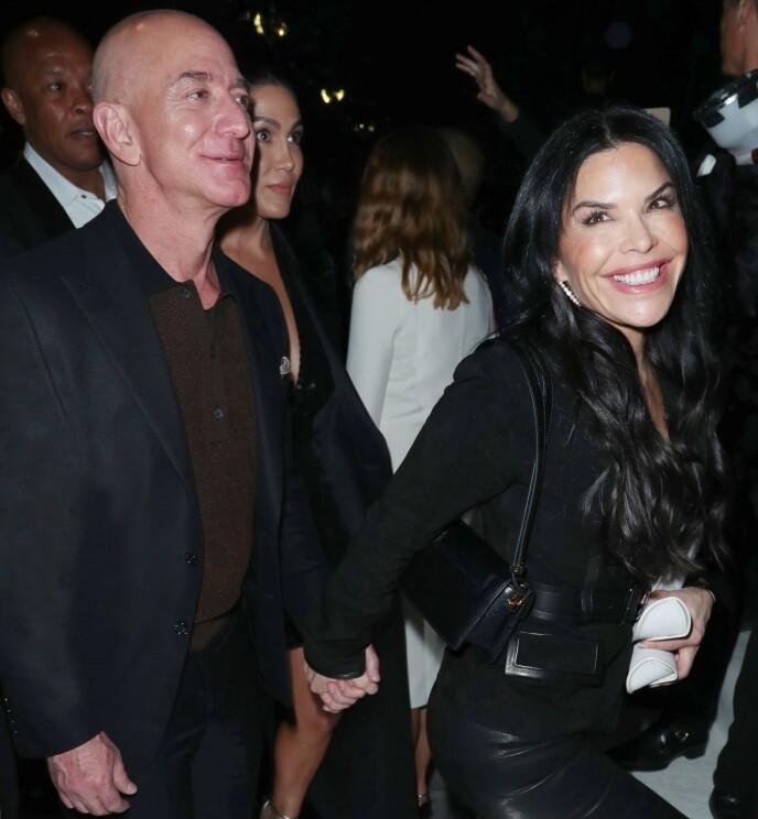 <strong>HÅND I HÅND:</strong> Etter at skilsmissene gikk gjennom, har Jeff Bezos og Lauren Sanchez gjort lite for å skjule forholdet. Foto: NTB Scanpix