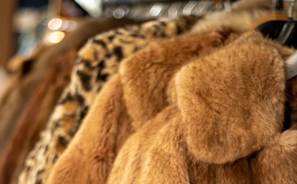 GAMMEL PELS: Skal man kaste gammel pels som allerede henger i skapet? Foto: Shutterstock / NTB / Scanpix