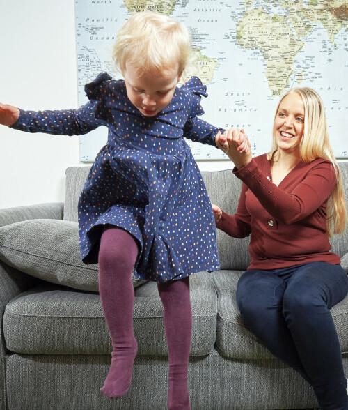 TAPPES FOR KREFTER: Syk-dommen gjør at Charlotte ikke alltid klarer å leke med datteren. Foto: Stefan Lindblom