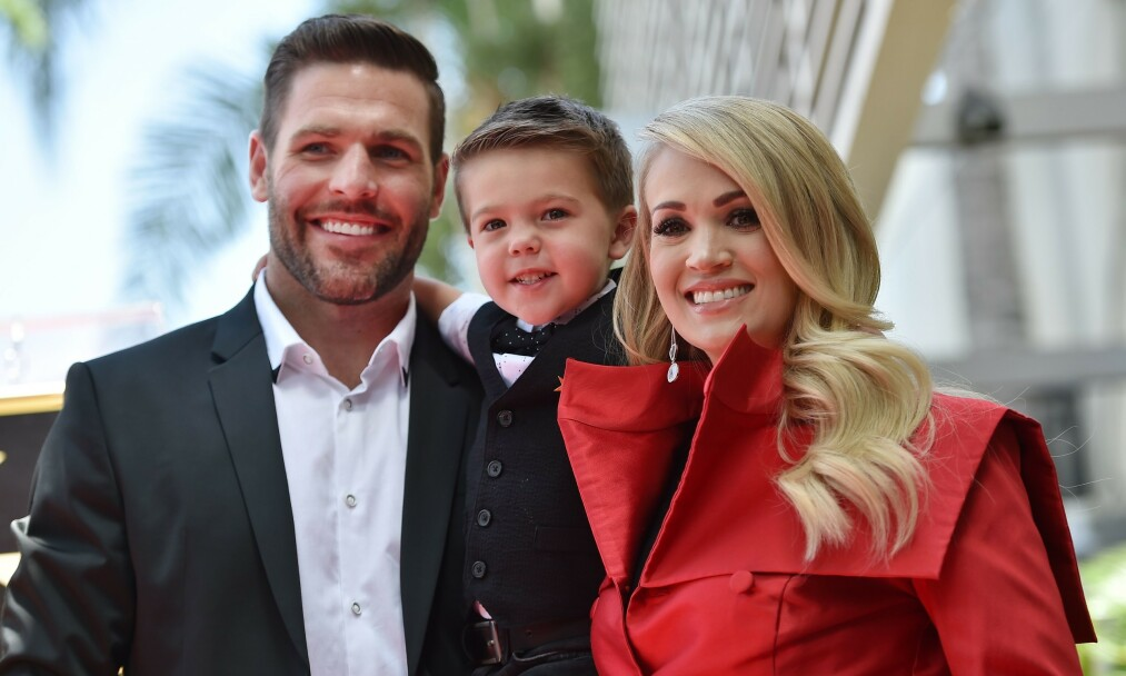 HYLLET: Høsten 2018 ble Carrie Underwood hedret med sin egen stjerne på Hollywoods Walk of Fame. Ektemannen Mike Fisher og sønnen Isaiah var med å feiret henne under seremonien i Los Angeles. Foto: NTB Scanpix