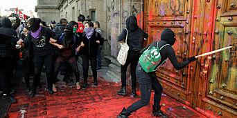 image: Farget presidentpalasset blodrødt
