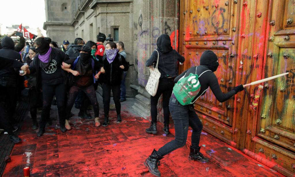 DEMONSTRERER: Et titall demonstranter møtte opp utenfor presidentpalasset i Mexico City fredag. Foto: REUTERS/Andres Martinez Casares