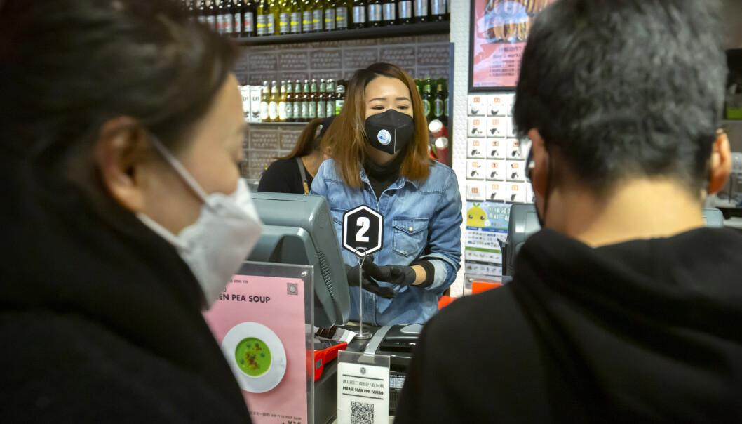 Yuan-sedler blir nå desinfisert og lagret i opptil 14 dager for å hindre smitte. Her fra en butikk i Beijing. Foto: Mark Schiefelbein / AP / NTB scanpix.