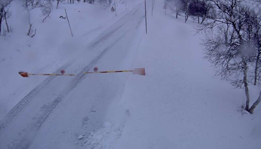 Mens det blåste kraftig på Østlandet, var de fleste fjellovergangene i Sør-Norge søndag morgen stengt som følge av forholdene. Riksvei 7 over Hardangervidda er fortsatt stengt. Slik ser det ut ved Leiro søndag formiddag. Foto: Statens vegvesen / NTB scanpix.