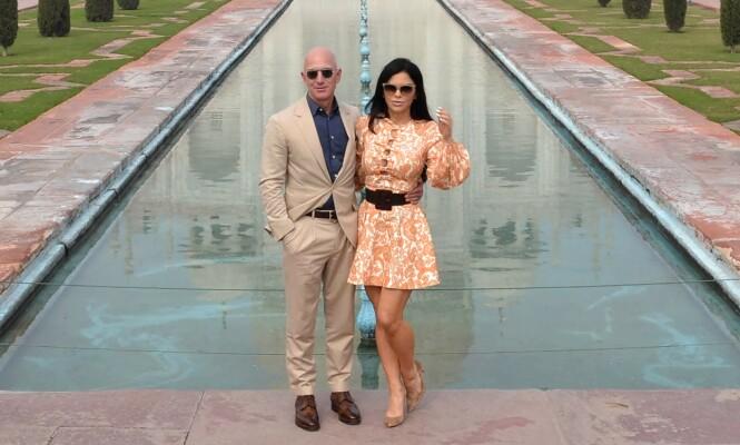 <strong>ROMANTISKE UTFLUKTER:</strong> Jeff Bezos og kjæresten Lauren Sanchez har uten tvil prioritert luksuriøse ferier sammen det siste året. Her poserer paret foran Taj Mahal i slutten av januar. Foto: NTB Scanpix